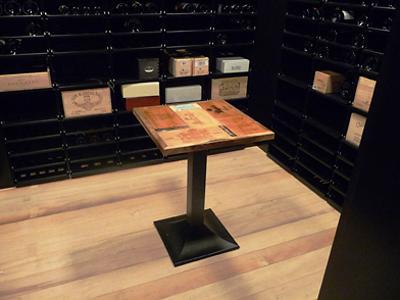 Tisch im Weinkeller